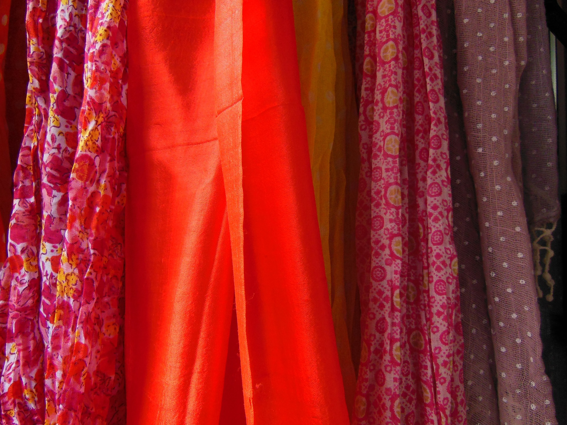 nouer son foulard 7 astuces pour vous servir de votre foulard. Black Bedroom Furniture Sets. Home Design Ideas