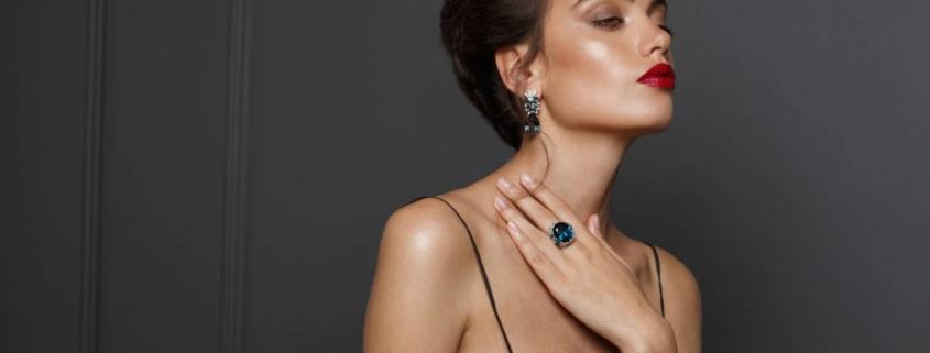 Bijoux avec une robe noire
