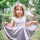 Petite fille avec une robe